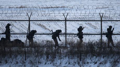 Südkoreanische Soldaten überprüfen Grenzzäune nahe der DMZ, Südkorea, 12. Februar 2013.
