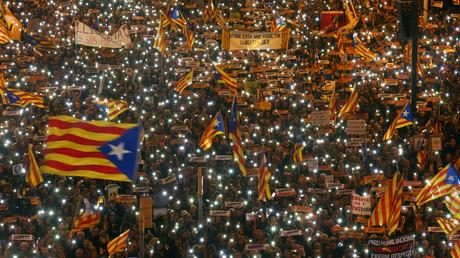 Demonstranten fordern die Freilassung von Aktivisten und Initiatoren des Unabhängigkeitsreferendums für Katalonien, Barcelona, Spanien, 11. November 2017.