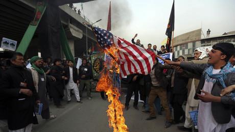 Einwohner Kabuls verbrennen die US-Flagge