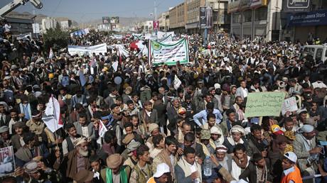 In Jemens Hauptstadt Sanaa demonstrierten am Sonntag zehntausende Menschen ihren Unmut über die von Saudi-Arabien mit westlicher Hilfe verhängte Blockade.
