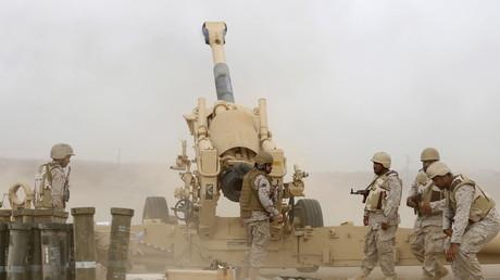 Saudische Soldaten beschießen im Grenzgebiet zum Jemen Stellungen der Huthis. Riad wirft Teheran vor, die schiitischen Rebellen zu unterstützen.