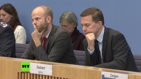 Die Regierungssprecher Steffen Seibert und Reiner Breul vernachlässigen die Reportagen des britischen BBC (Berlin, 15.11.2017)