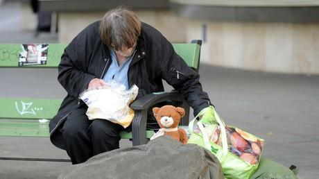 Ein Obdachloser in Berlin im Jahr 2012 - aufgrund verfehlter Politik und der hohen Zahl an Zuwanderern in kurzer Zeit hat er bald viel Gesellschaft. Die düstere Zukunftsprognose: Über eine Million Menschen sollen bis zum Jahr 2018 in Deutschland ohne Wohnung sein.