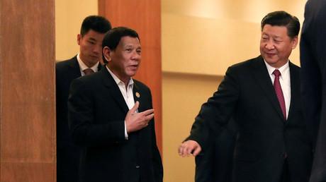 Der philippinische Präsident Rodrigo Duterte und der chinesische Staatspräsident Xi Jinping auf dem APEC-Gipfeltreffen in Vietnam