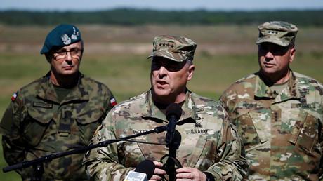 US-Generalstabschef Mark Milley (Mitte) fordert zusätzliche US-Truppen in Europa, noch bevor gar größere Entscheidungen dahingehend seitens der Regierung getroffen werden.