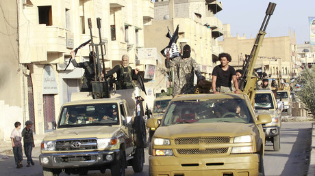 IS-Kämpfer während einer Parade in Rakka. Hunderte von ihnen konnten unbehelligt vom US-Militär aus der syrischen Stadt abziehen.