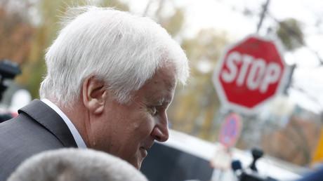 CSU-Chef Horst Seehofer sah die Gefahr beim Thema Familiennachzug rechts von der FDP überholt zu werden .
