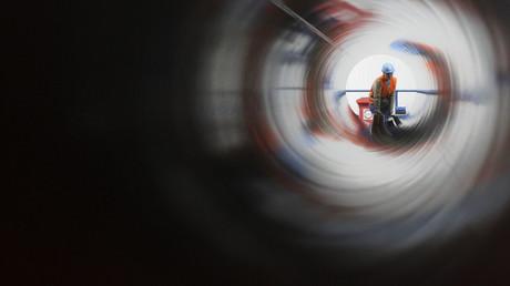 Ein Arbeiter der französischen Rohrbeschichtungs-Firma in Sassnitz durch eine Röhre  von Nord Stream, die zwei rund 1.220 km lange Gasleitungen durch die Ostsee von Russland nach Deutschland mit einer Gesamtkapazität von 55 Milliarden Kubikmetern pro Jahr.