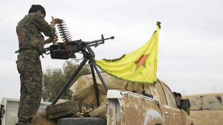 Ein Mitglied der Kurdischen Volksverteidigungskräfte (YPG) in der Nähe der Stadt Ras al-Ain, November 2013.