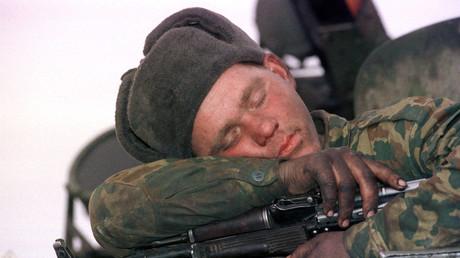 Russischer Soldat schläft auf einem gepanzerten Fahrzeug, Grosny, Tschetschenien, Februar 2000.