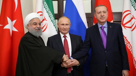 Putin (M), Erdogan (R) und Rouhani (L) planen, weitere Schritte zu diskutieren, um die langfristige Stabilität Syriens zu gewährleisten