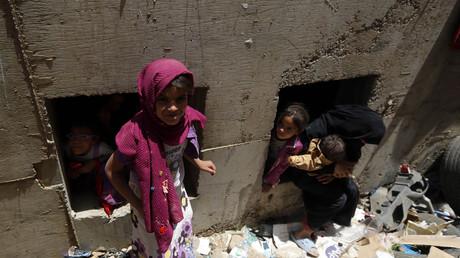 Bereits seit 2015 in desaströsem Zustand: Jemenitische Kinder suchen Unterschlupf in einem Abflusstunnel, nachdem ihre Häuser durch Luftangriffe der saudi-geführten Koalition zerstört worden waren.