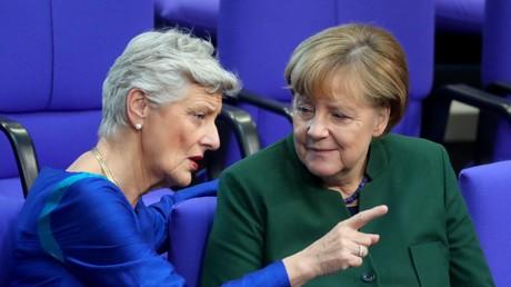 Marieluise Beck, hier noch als Grünen-Abgeordnete, im Gespräch mit Bundeskanzlerin Angela Merkel im Bundestag, Berlin, 23. November 2016.