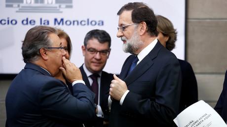 Der spanische Innenminister Juan Ignacio Zoido im Gespräch mit Premierminister Mariano Rajoy. In der Zeitung steht: