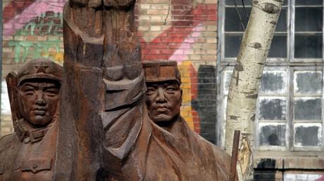 Kommunistische Eisenskulptur eines Soldaten und eines Arbeiters, Peking, China.