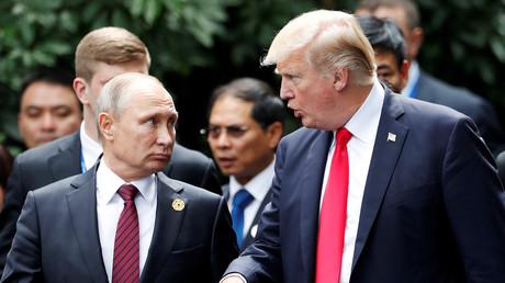 US-Präsident Donald Trump und Russlands Präsident Wladimir Putin während der Session für das Familienfoto beim APEC-Gipfel in Danang, Vietnam, 11. November 2017.