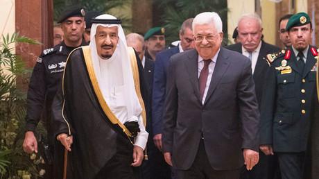 Saudi-Arabiens König Salman ibn Abd al-Aziz Al Saud mit dem palästinensischen Präsidenten Mahmoud Abbas