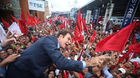 Linkskandidaten Salvador Nasralla freut sich über den wahrscheinlichen Sieg