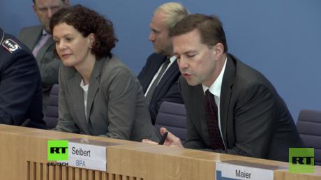 Maria Adebahr (l.), stellvertretende Sprecherin des Auswärtigen Amts, und Regierungssprecher Steffen Seibert (r.).