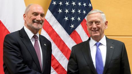 Polnischer Verteidigungsminister Antoni Macierewicz und sein US-amerikanischer Amtskollege James Mattis bei einem Treffen im NATO-Hauptquartier in Brüssel (Belgien, Juni 2017, Quelle: Reuters)
