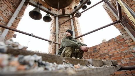 Ein ukrainischer Militärangehöriger in einem Kirchturm in Peski nahe dem Donezker Flughafen am 26. Oktober 2017. Um den Flughafen wurde am heftigsten gekämpft. Jetzt befindet er sich auf dem Territorium der Donezker Volksrepublik. Peski ist nur drei Kilometer von der Demarkationslinie entfernt.