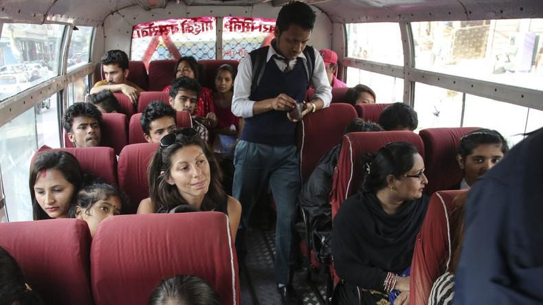 Schone deinen Nächsten: Inder wegen stinkender Socken in Bus festgenommen