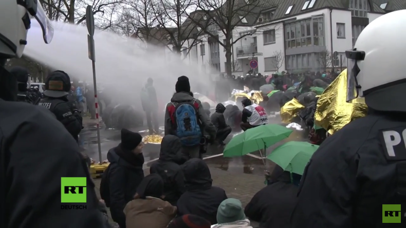 AfD-Bundesparteitag eskaliert: Polizei räumt Blockade mit Wasserwerfern