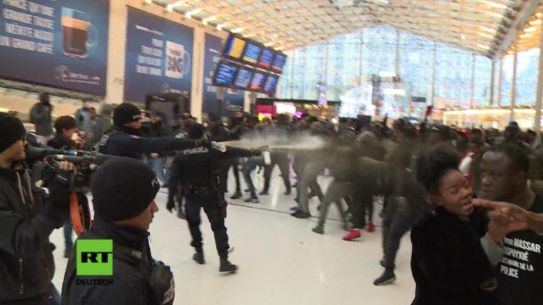 Eskalation in Paris: Polizei setzt Tränengas gegen Dutzende farbige Protestler an Bahnhof ein