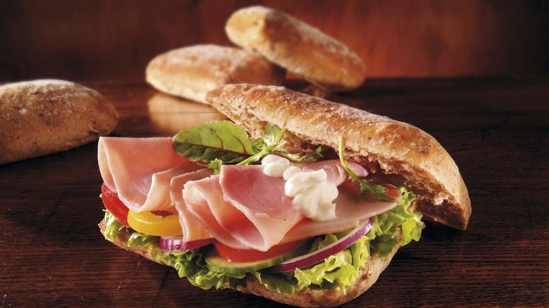 Hunger ist der beste Koch: Amerikaner bereitet Sandwich in Café selbst zu, weil Mitarbeiter schläft