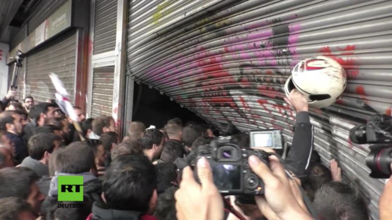 Athen: Protestler erstürmen Arbeitsministerium - Regierung zieht danach umstrittene Pläne zurück