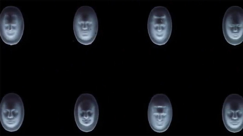 Ungewöhnliches Denkmal für Opioid-Epidemie in USA: 22.000 Gesichter der Opfer in Pillen eingeritzt