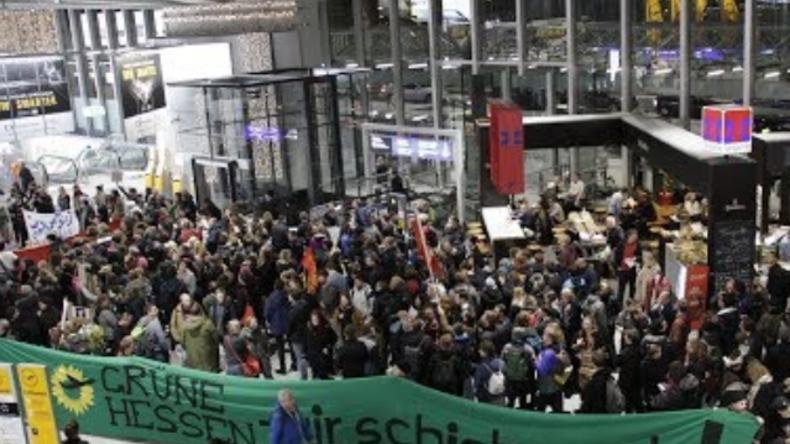 Linke und Grüne protestieren gegen Abschiebung - trotz Straftätern und Gefährdern an Bord