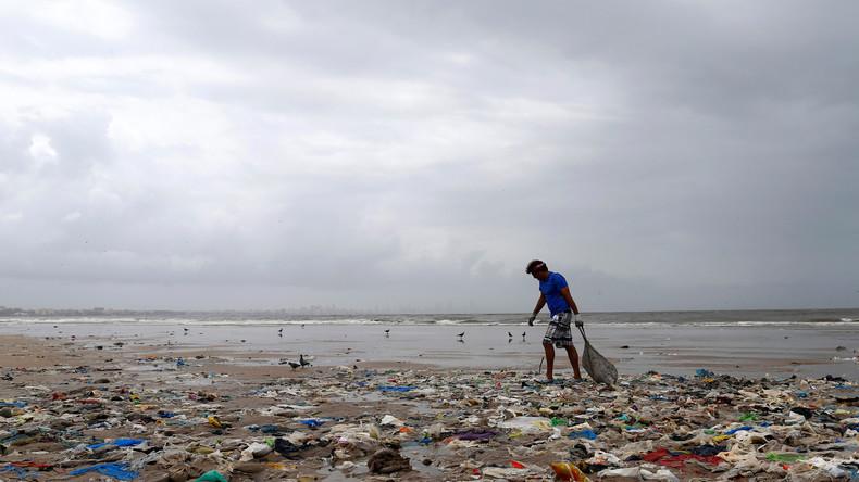 Wirbelsturm spült 80.000 Kilo Müll in Mumbai an