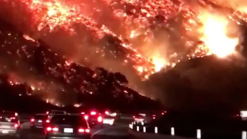 Straßen durch die Hölle - Unglaubliche Aufnahmen aus Feuerinferno in Kalifornien