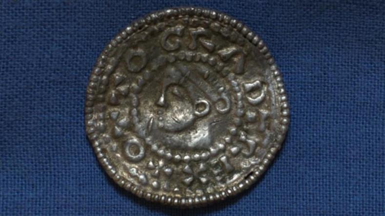 Schwedischer Bauer erntet auf seinem Land Wikinger-Münzen