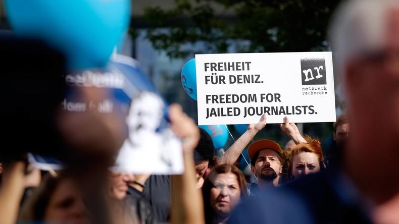 Mehr als 200 Künstler mahnen Freiheit für Deniz Yücel an