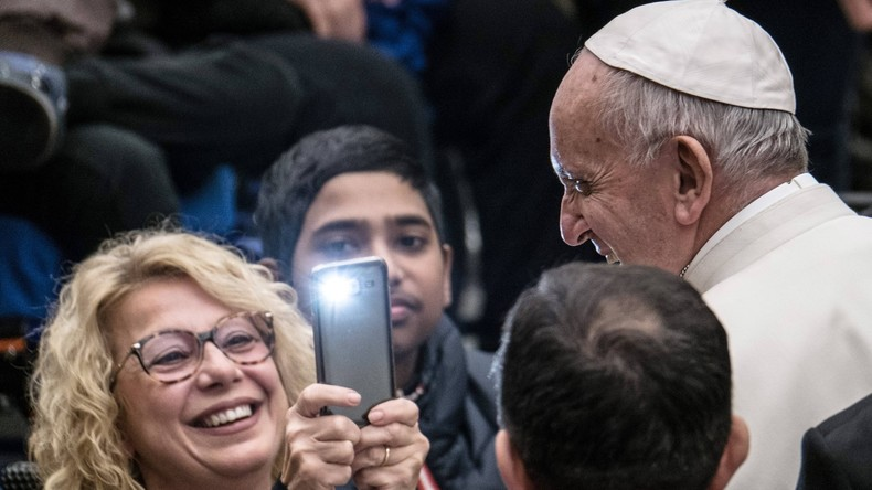 """Italienischer Pfarrer segnet Handys, um """"nützlichen Gebrauch der Smartphones"""" anzuspornen"""