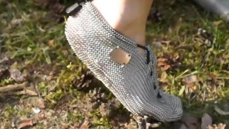 Barfuß durch die Botanik: Deutscher Kleidungshersteller bietet ein Kilo schwere Kettensocken an