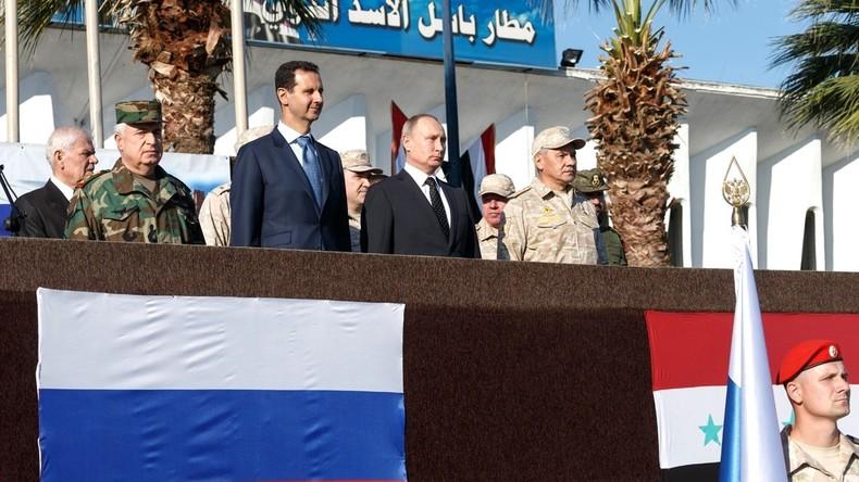"""""""Ihr kehrt mit dem Sieg heim!"""" - Putin und Assad besuchen Soldaten in Syrien und verkünden Abzug"""
