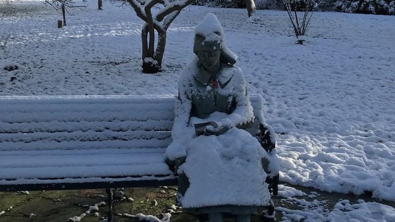 Notärzte kommen, um erfrorene Person zu retten – aber nichts kann ihr mehr helfen