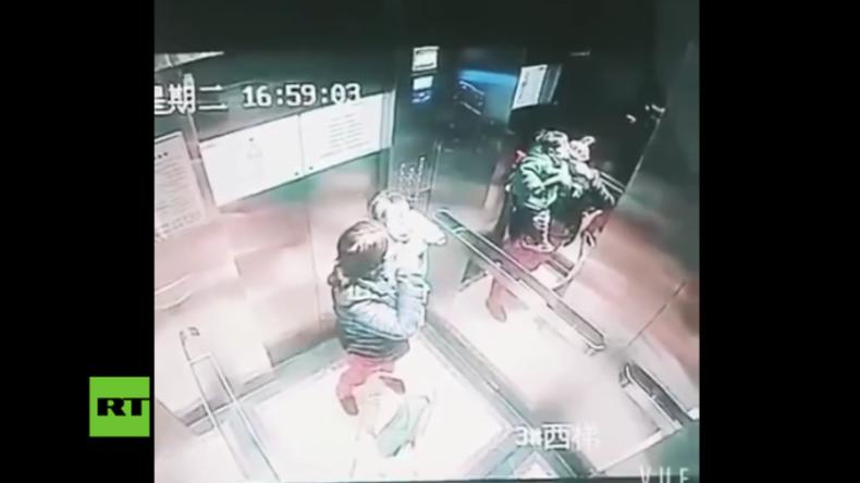 Unerträgliche Bilder: Prügelnde Horror-Tagesmutter dank Fahrstuhl-Kamera aufgeflogen