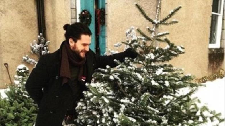 """Jon Schnee von """"Game of Thrones"""" verkauft Weihnachtsbäume auf Markt in Schottland"""