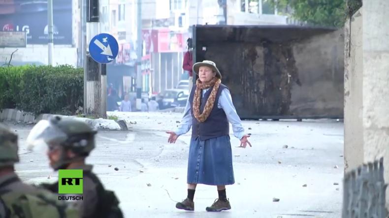 Bethlehem: Furchtlose Oma stellt sich zwischen Soldaten und Demonstranten
