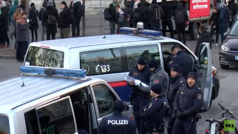 LIVE: Antifa protestiert in Wien gegen die Amtseinführung der neuen Regierung in Österreich