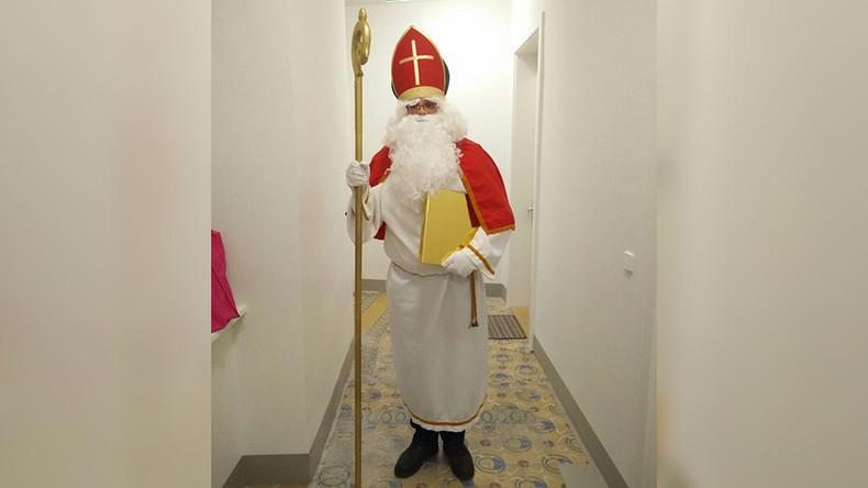 Burkaverbot in Österreich: Polizei nimmt St. Nikolaus den Bart ab