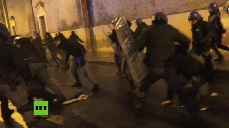"""Italien: Angriff! - Polizisten vermöbeln """"Antifaschisten"""" mit Schlagstöcken"""