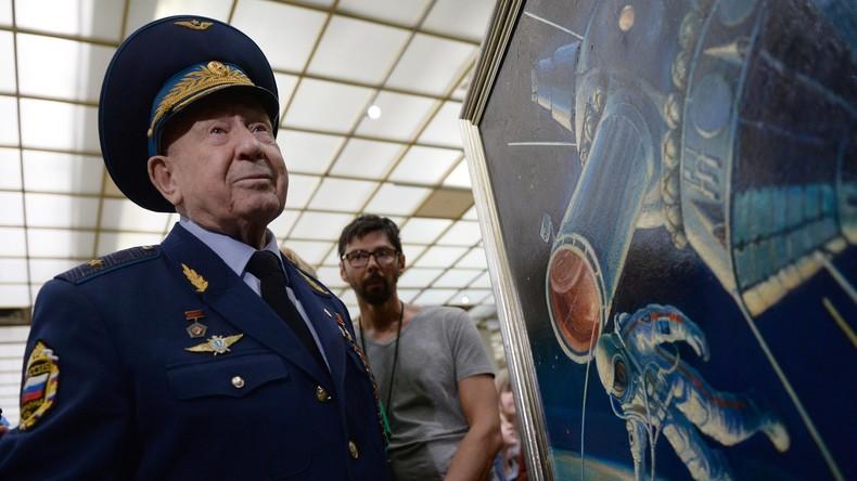 RT-Doku im 360°-Format: Raumfahrer Alexei Leonow und Thomas Stafford sehen sich Außenbordeinsatz an