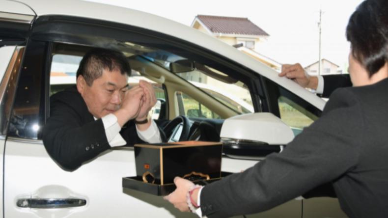 Beileid to go: Japans Bestattungsbüro bekommt Drive-In-Fenster