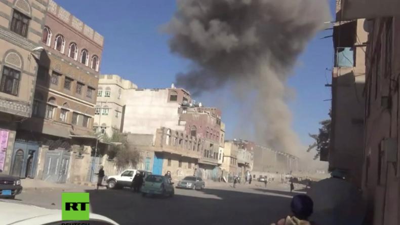 Krieg im Jemen - Menschen fliehen in Panik als saudi-geführte Luftangriffe Hauptstadt treffen