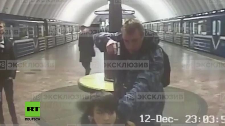 """Russland: """"Er ist ein Terrorist!"""" - Betrunkener Wachmann zielt mit Waffe auf U-Bahn-Gast"""